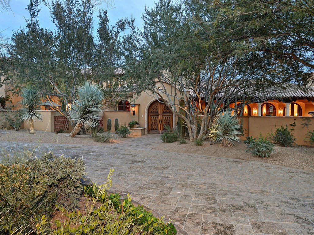 Maison unifamiliale pour l Vente à Almost 9 Acres in Paradise Valley's premier location. 5515 N Saguaro Rd Paradise Valley, Arizona 85253 États-Unis