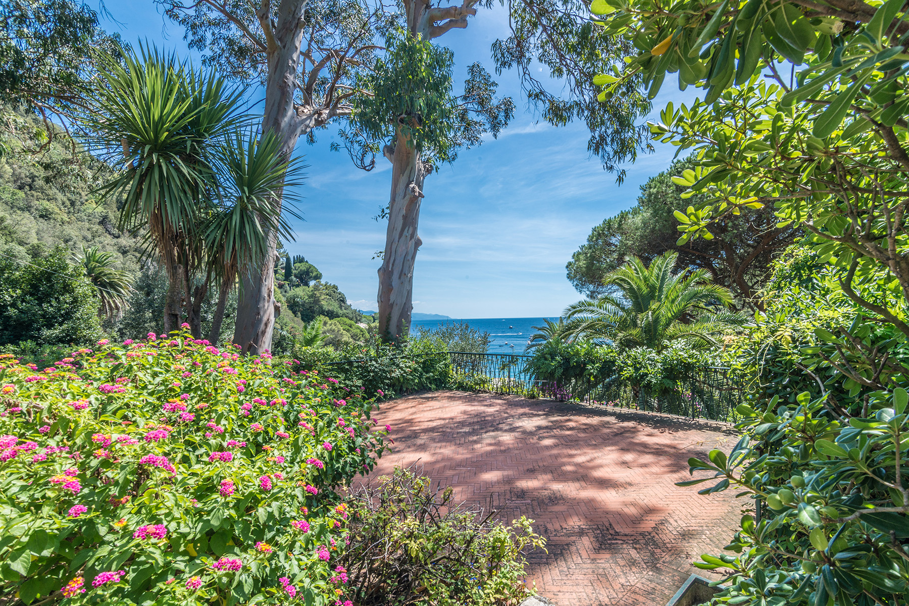 Single Family Home for Sale at Magnifica villa a Paraggi nel parco di Portofino via di Paraggi Portofino, 16038 Italy