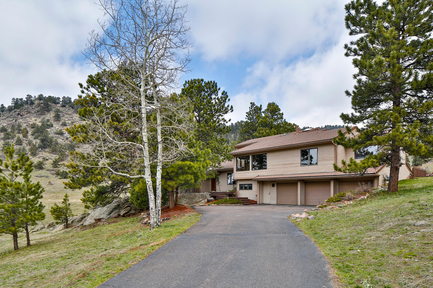 獨棟家庭住宅 為 出售 在 Nicely Remodeled Genesee Home with Mt. Evans Views 25327 Foothills Drive Golden, 科羅拉多州, 80401 美國