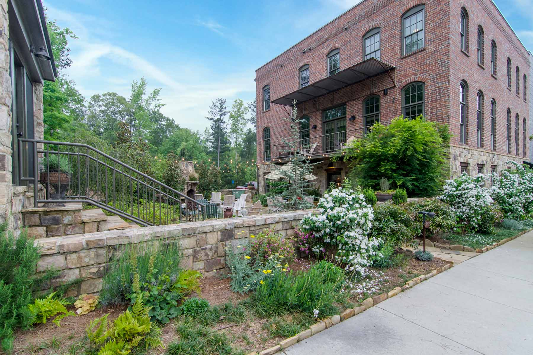 Tek Ailelik Ev için Satış at End Unit Townhome with Beautiful Private Courtyard in Serenbe 449 Selborne Lane Chattahoochee Hills, Georgia, 30268 Amerika Birleşik Devletleri