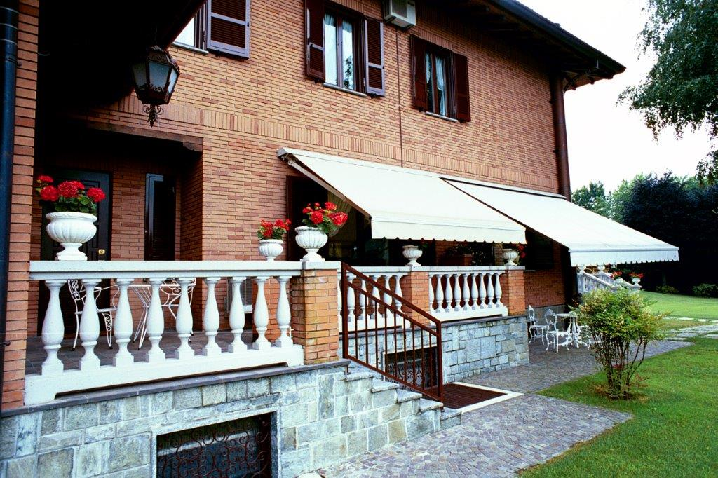 Additional photo for property listing at Beautiful villa with private park and swimming pool Castello Di Brianza, Lecco Italien
