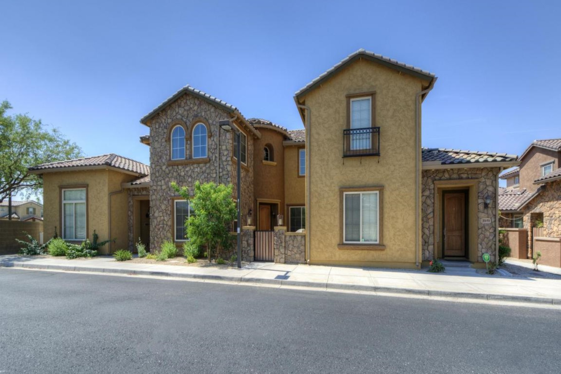 Single Family Home for Sale at Luxury, low maintenance townhome in a gated community. 3923 E CAT BALUE DR Phoenix, Arizona 85050 United States