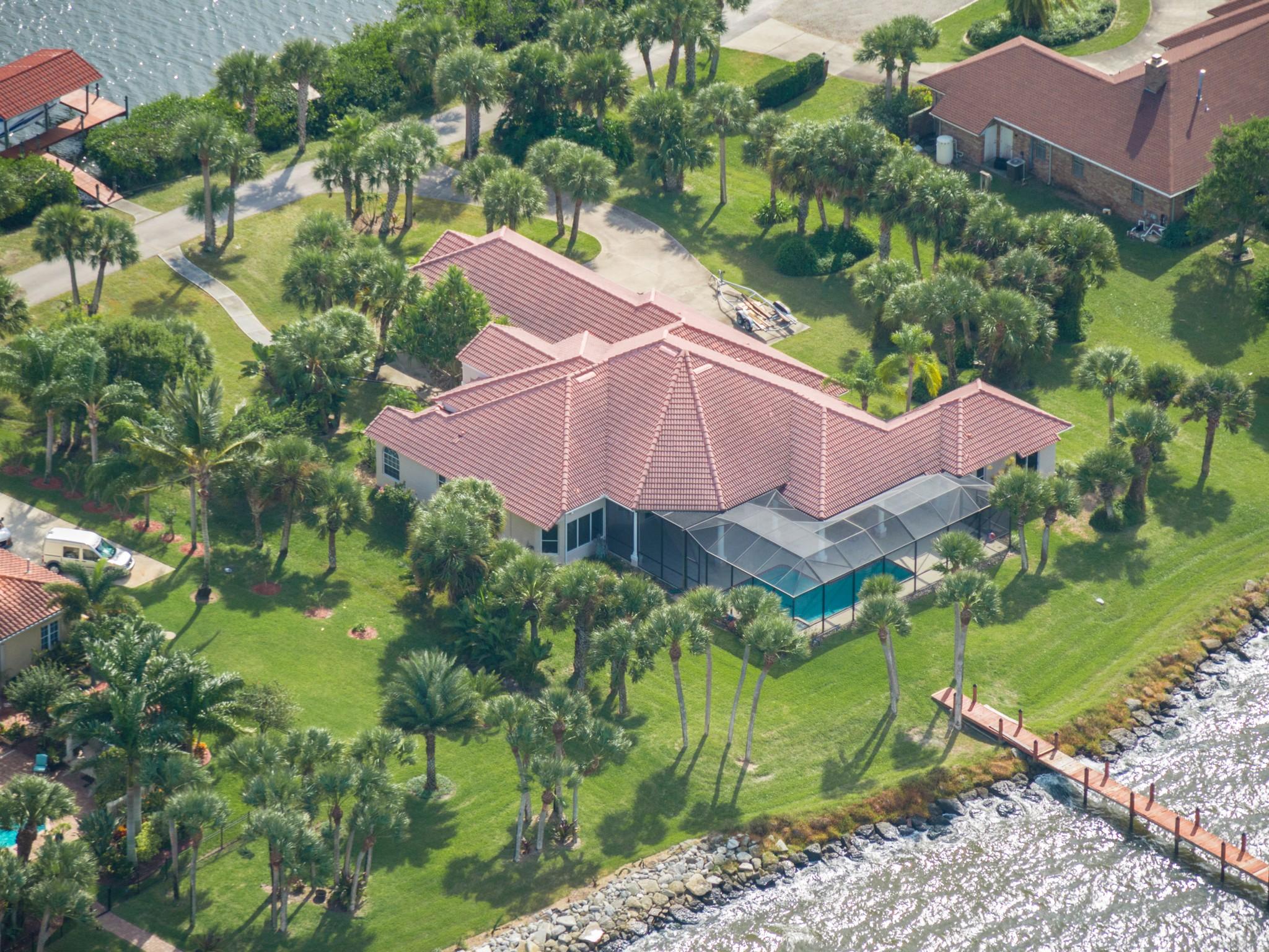 Частный односемейный дом для того Продажа на Extraordinary 5/4 in Crystal Lakes 477 Spoonbill Lane Melbourne Beach, Флорида 32951 Соединенные Штаты