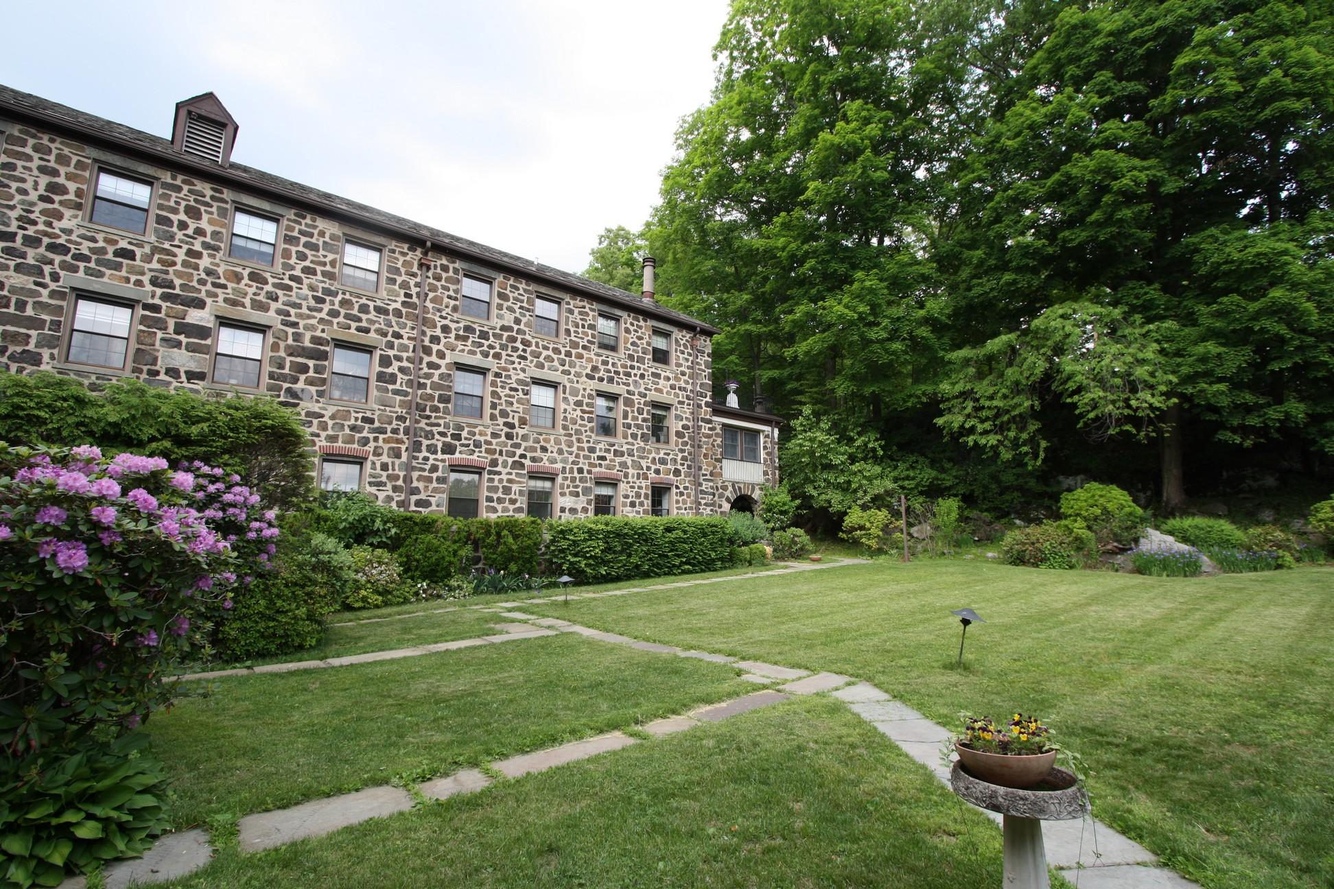 Condomínio para Venda às Grand Stone Structures and Gorgeous Gardens 341 Furnace Dock Road Unit 28 Cortlandt Manor, Nova York 10567 Estados Unidos