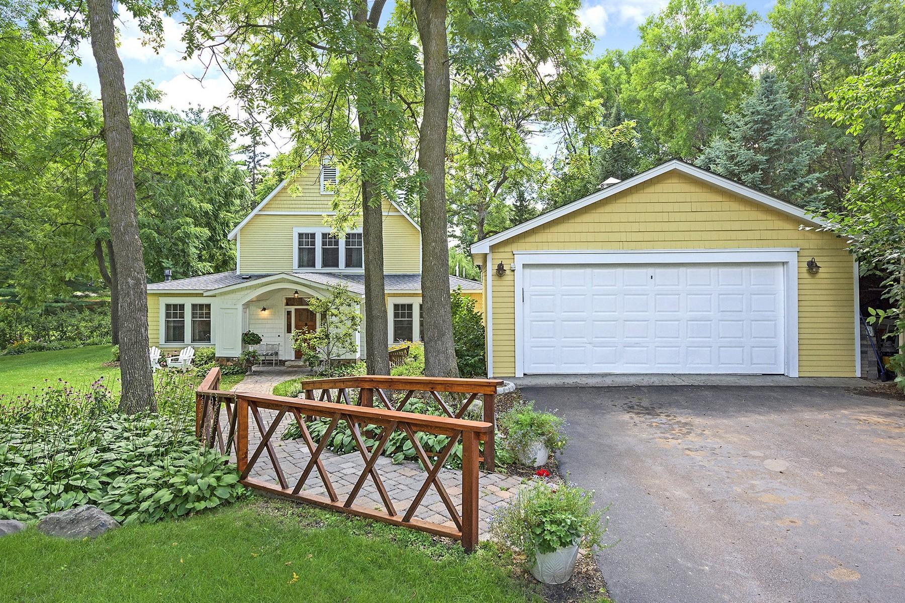 Maison unifamiliale pour l Vente à 2051 Melody Hill Road Chanhassen, Minnesota 55331 États-Unis