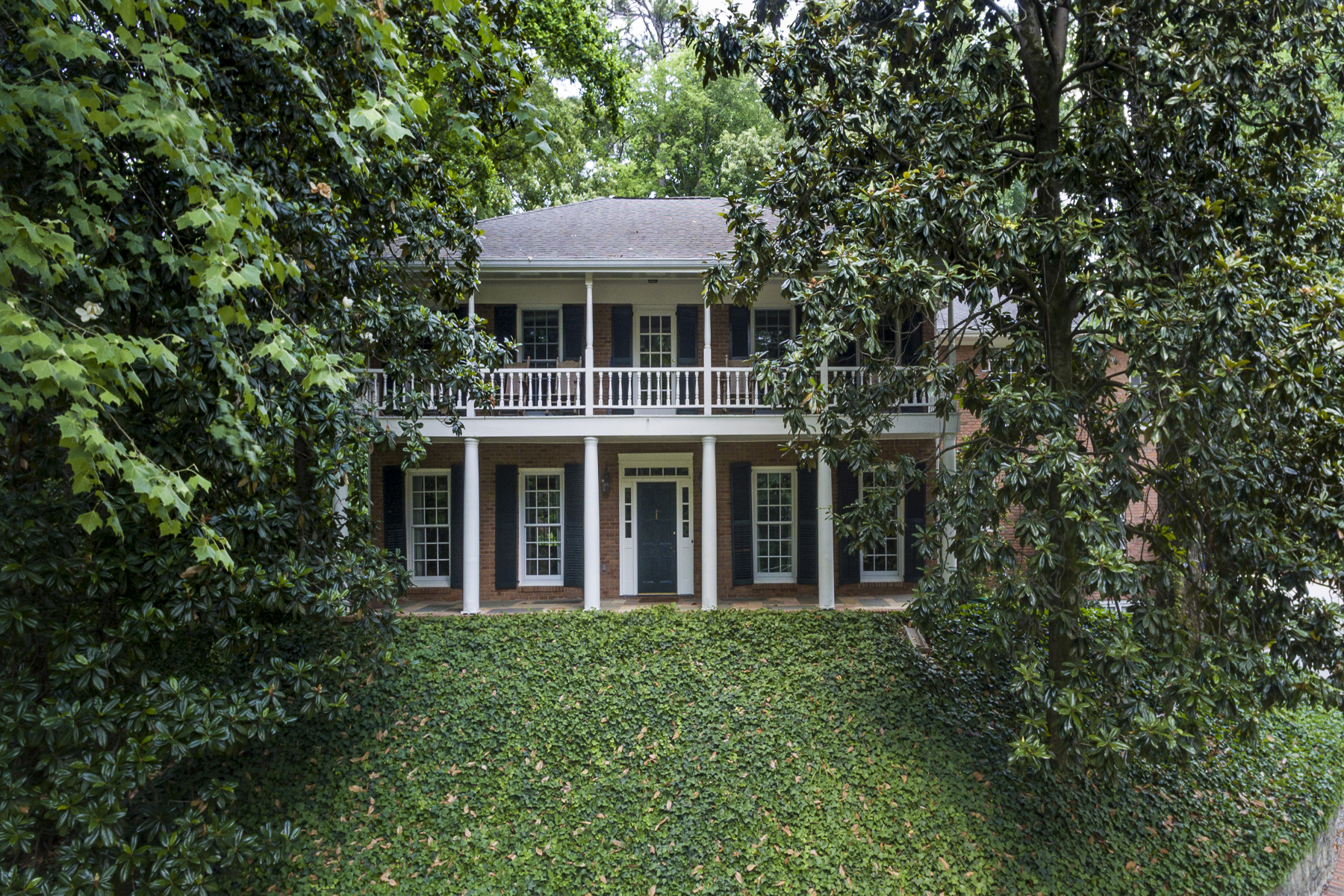 Частный односемейный дом для того Продажа на Charming Home On One Of Buckhead's Most Sought After Quiet Streets 3100 E Pine Valley Road NW Buckhead, Atlanta, Джорджия, 30305 Соединенные Штаты