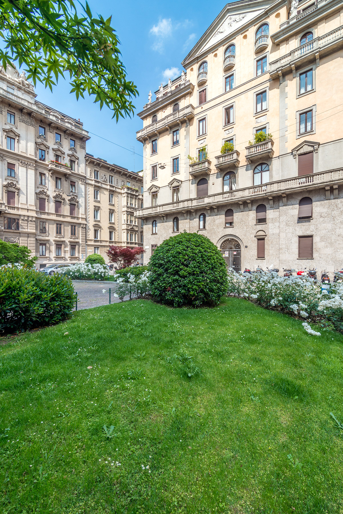 Additional photo for property listing at Appartamento panoramico in palazzo d'epoca di charme Piazza Duse Other Milan, Milano 20100 Italia