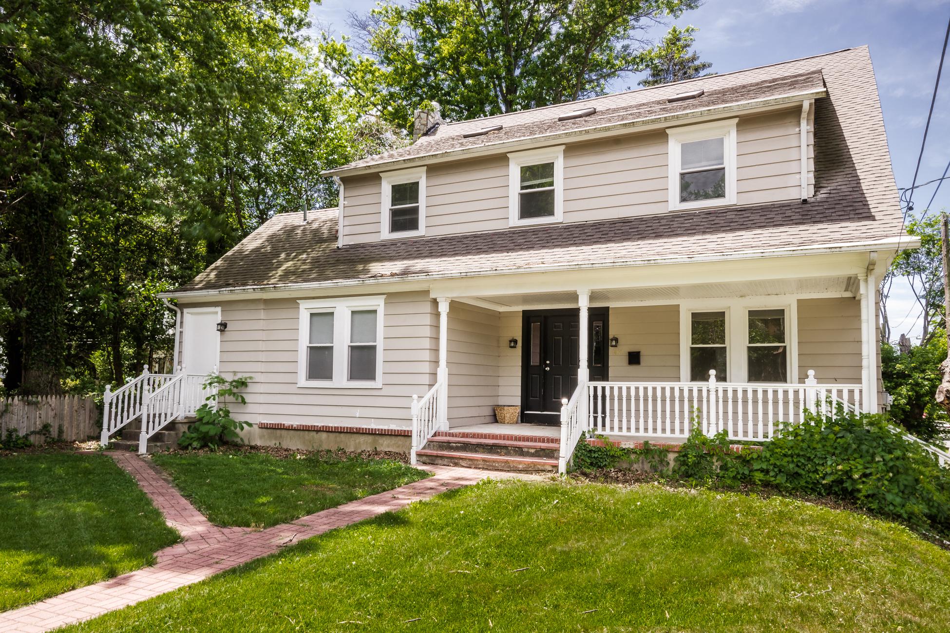 Maison unifamiliale pour l Vente à Convenient Location for Dignified Ewing Home 1457 Pennington Road Ewing, New Jersey, 08618 États-Unis