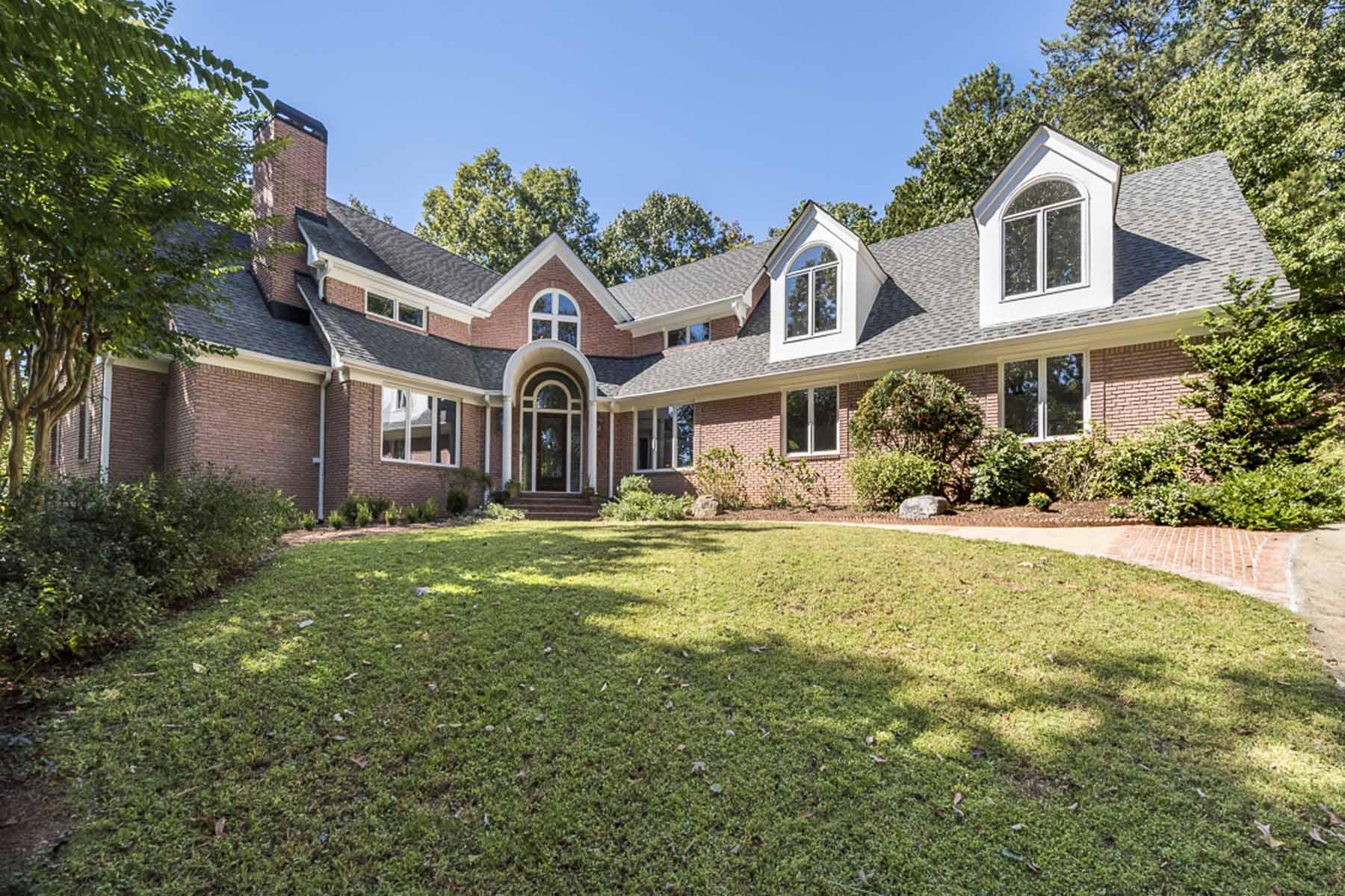 Maison unifamiliale pour l Vente à Gated Retreat 4910 Spruce Bluff Drive Sandy Springs, Georgia, 30350 États-Unis