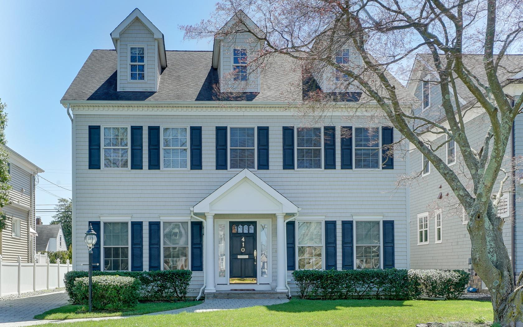 단독 가정 주택 용 매매 에 Beautiful Classic Colonial in Sea Girt! 410 Philadelphia Boulevard Sea Girt, 뉴저지, 08750 미국