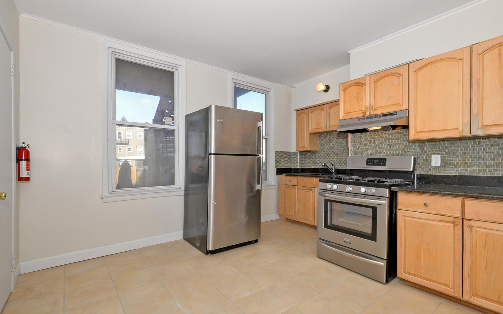 多户住宅 为 销售 在 Spacious Two Family Home 19 West 9th Street Bayonne, 07002 美国