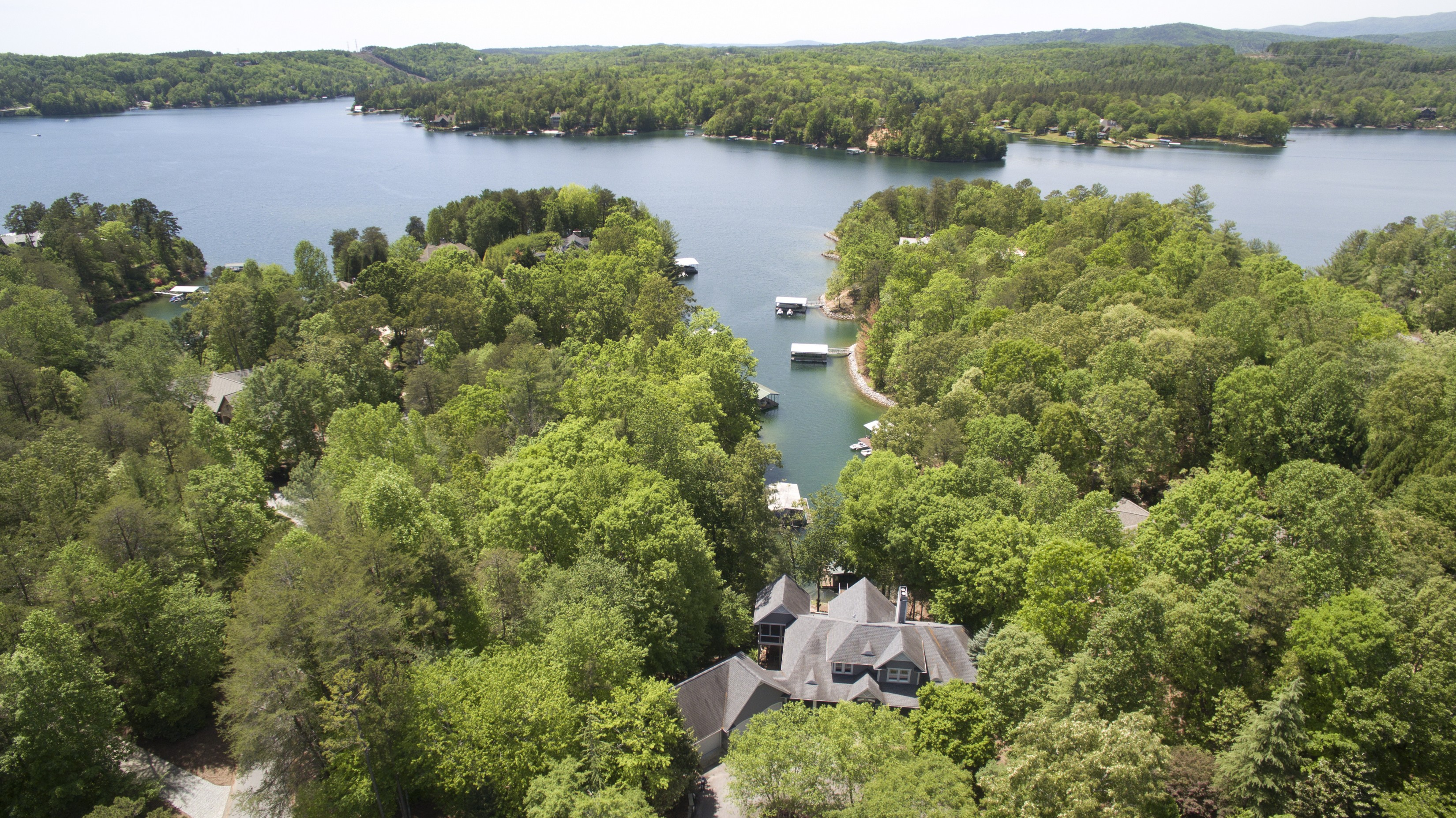 Villa per Vendita alle ore Recently Renovated Waterfront Home Including Adjoining Waterfront Lot! 606 Wind Flower Drive + Lot S31 The Cliffs At Keowee Vineyards, Sunset, Carolina Del Sud, 29685 Stati Uniti