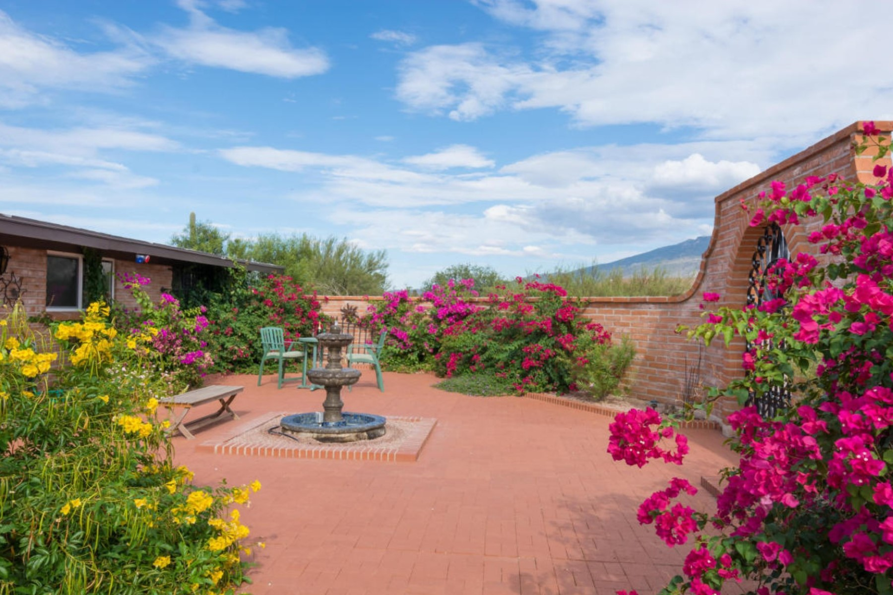 Vivienda unifamiliar por un Venta en Charming Updated Southwest Adobe 3.68 Acre Hilltop Horse Property 11121 E Escalante Rd Tucson, Arizona 85730 Estados Unidos