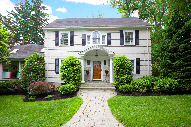 Moradia para Venda às Warm and Inviting Colonial 76 Club Road Montclair, Nova Jersey 07043 Estados Unidos
