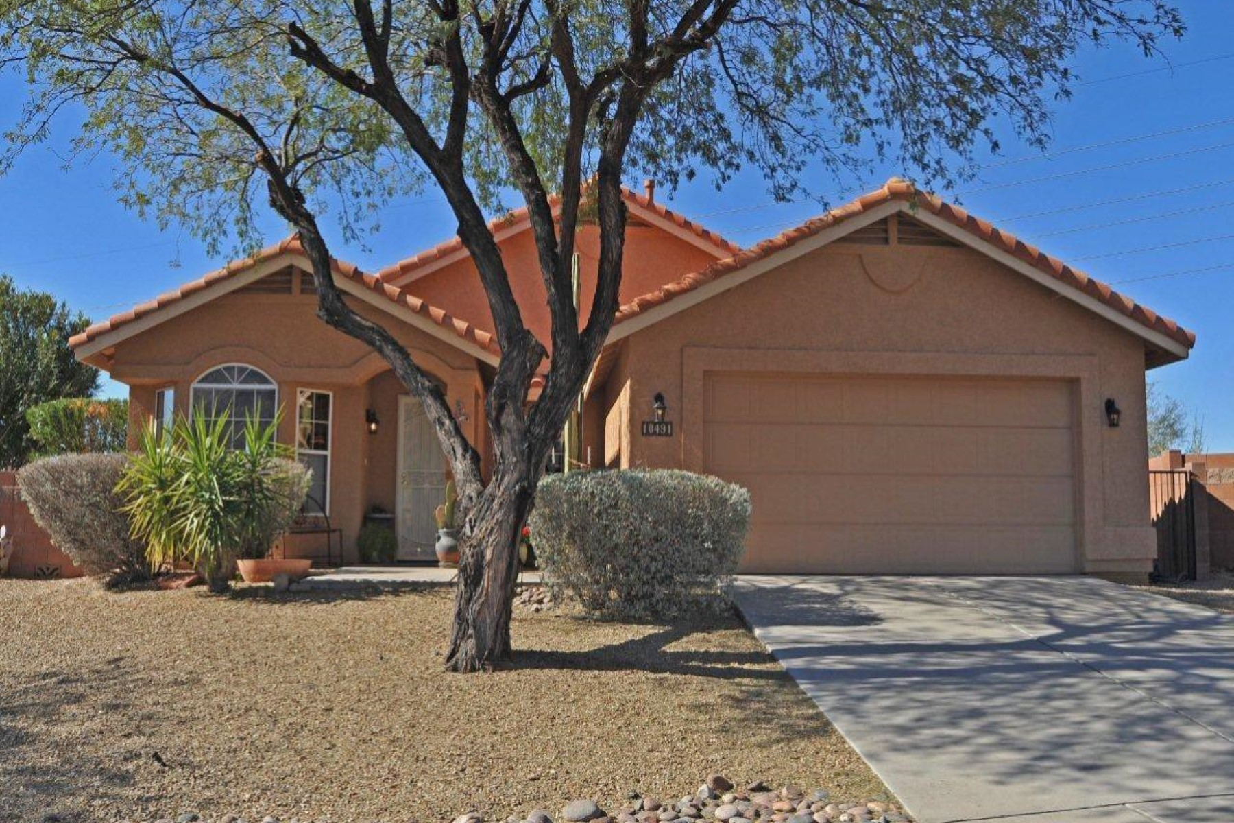 Single Family Home for Sale at Lovely home located near River Front Park 10491 N Calle Verano Seco Oro Valley, Arizona 85737 United States