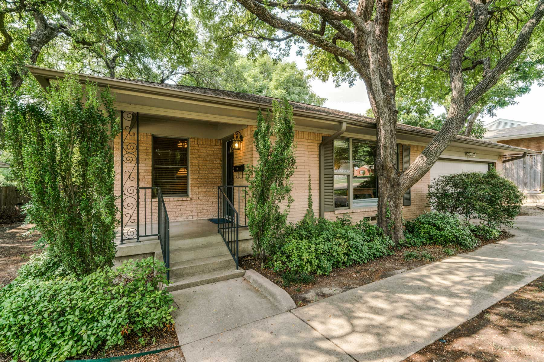 Single Family Home for Sale at Lochwood Traditional 11821 Neering Dr Dallas, Texas, 75218 United States