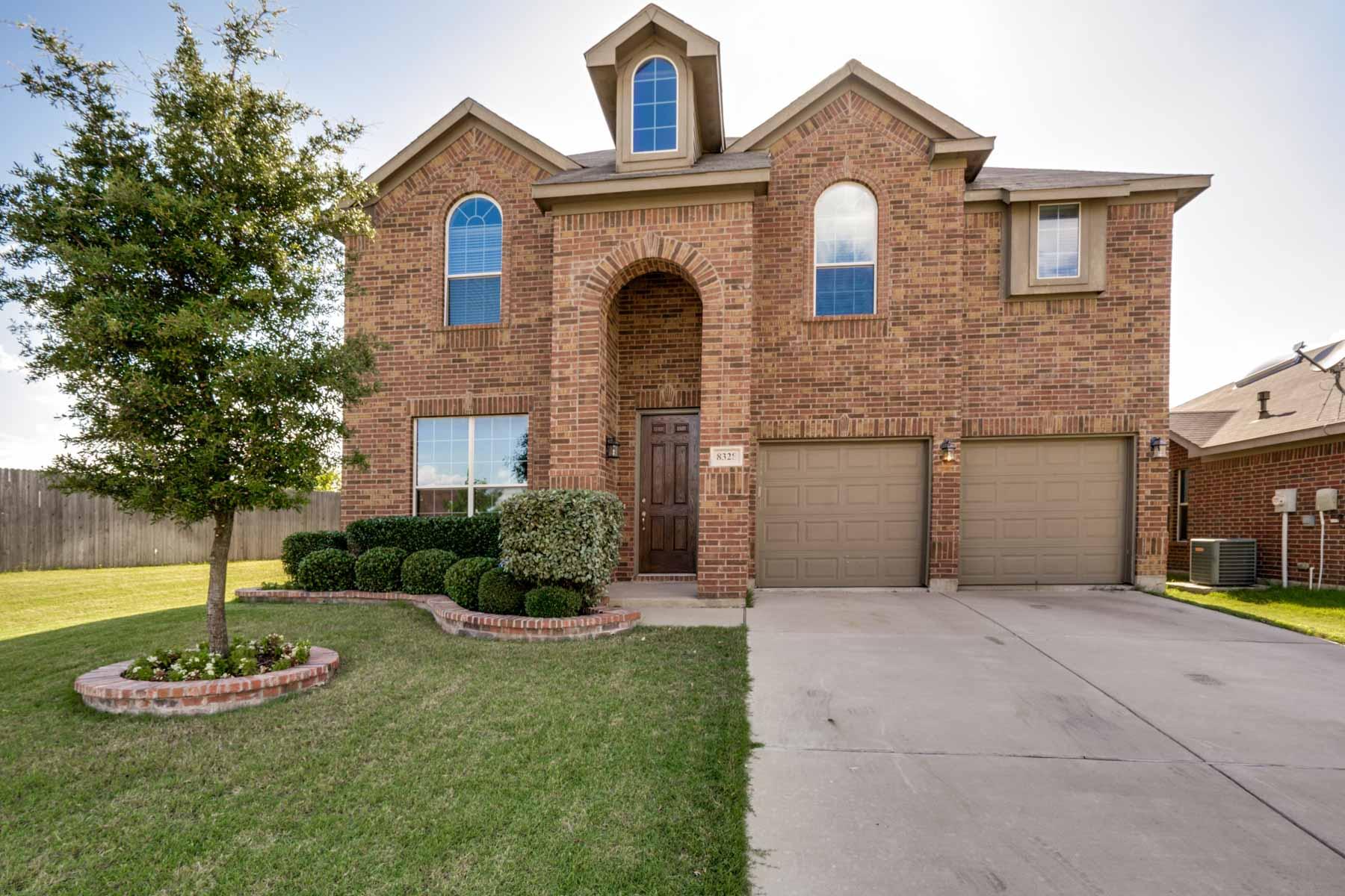 Casa para uma família para Venda às Fully Upgraded Traditional Custom Home on Quiet Cul De Sac 8328 Orchard Creed Road Fort Worth, Texas, 76123 Estados Unidos