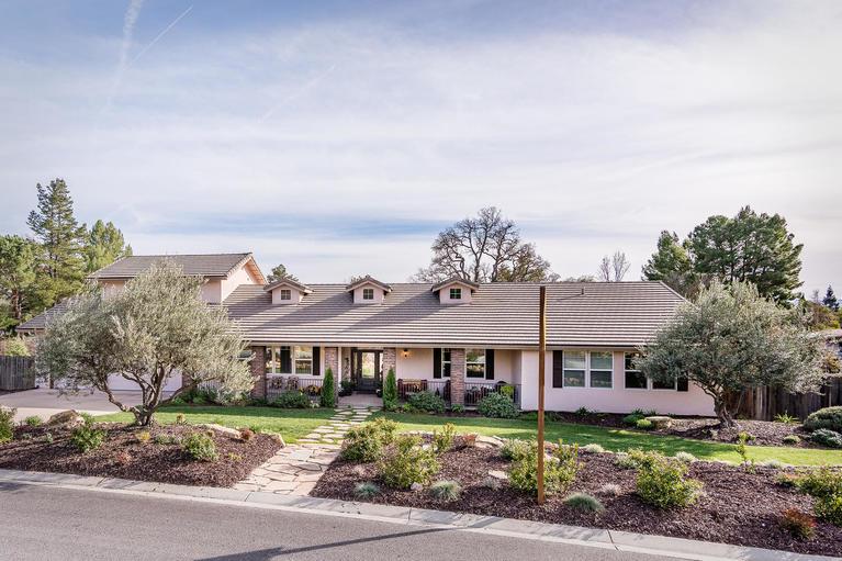 Maison unifamiliale pour l Vente à Beautifully Updated! 175 Nutwood Circle Paso Robles, Californie, 93446 États-Unis