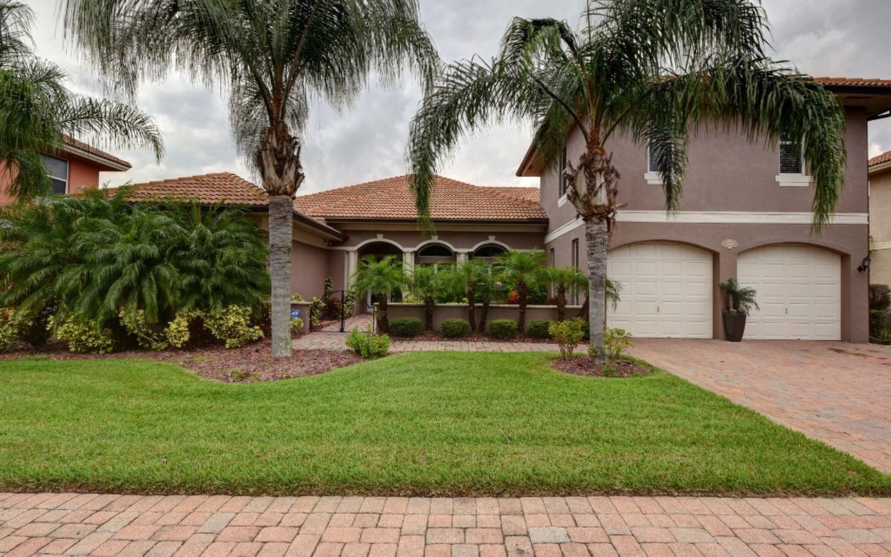 Casa Unifamiliar por un Venta en Elegant 2 Story Lakefront Home 6153 56th Avenue Vero Beach, Florida, 32967 Estados Unidos