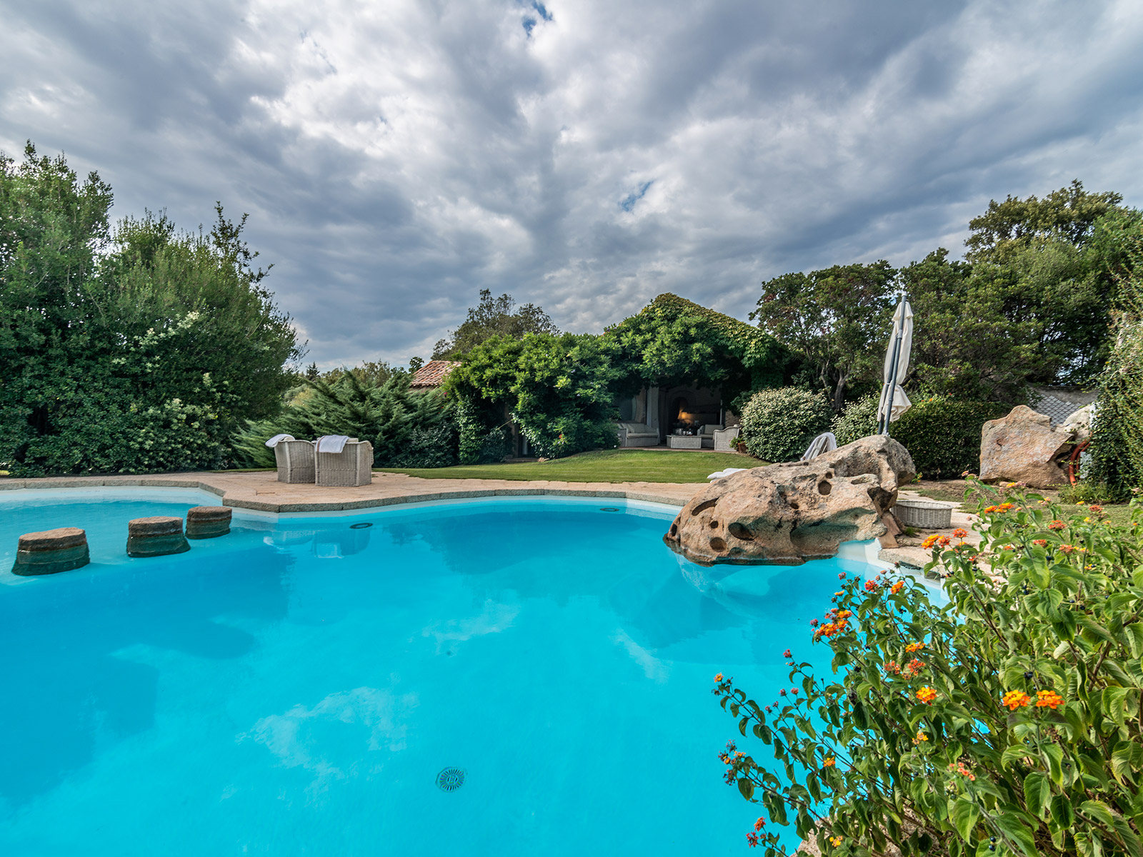 Additional photo for property listing at Magnificent sardinian style villa with private garden Via degli Stazzi Arzachena, Olbia Tempio 07021 Italien