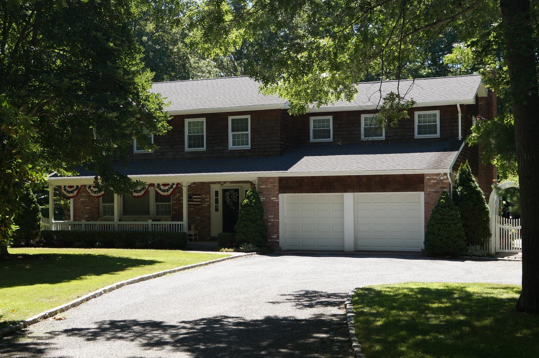 Villa per Vendita alle ore Charming Traditional 2 Cedar Lane Remsenburg, New York 11960 Stati Uniti