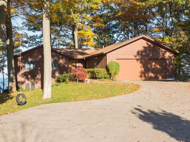 Maison unifamiliale pour l Vente à Lake Michigan Waterfront Near Holland 2490 Sunset Bluff Holland, Michigan 49424 États-Unis