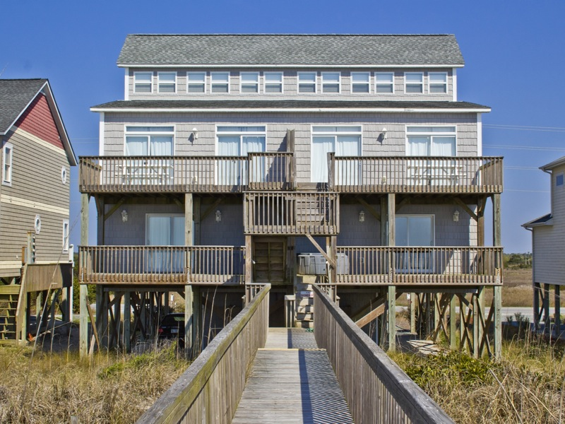Duplo para Venda às Stately home situated on an exceptional oceanfront lot 3876 Island Drive N Topsail Beach, Carolina Do Norte, 28460 Estados Unidos