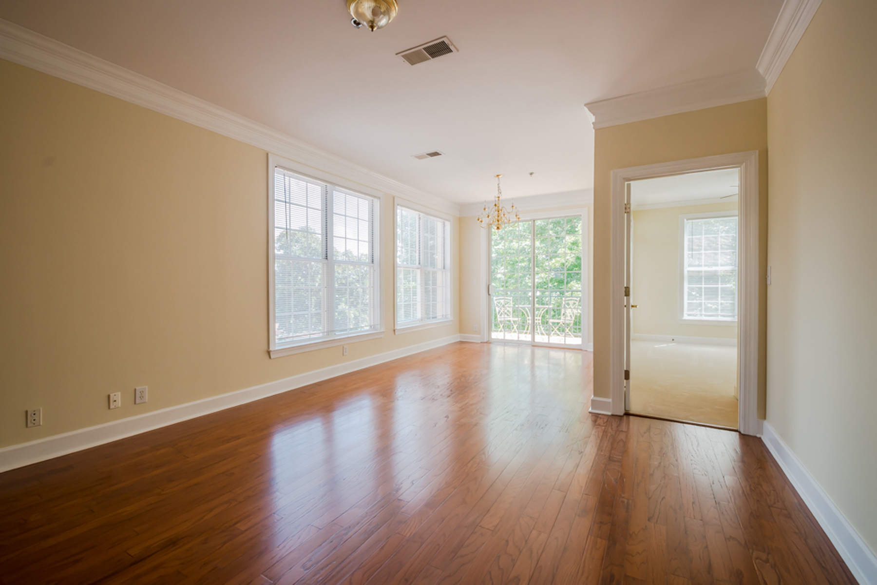 Additional photo for property listing at All New And Move-in Ready One Bedroom With Den 3101 Howell Mill Road Unit 211 Atlanta, Georgia 30327 United States