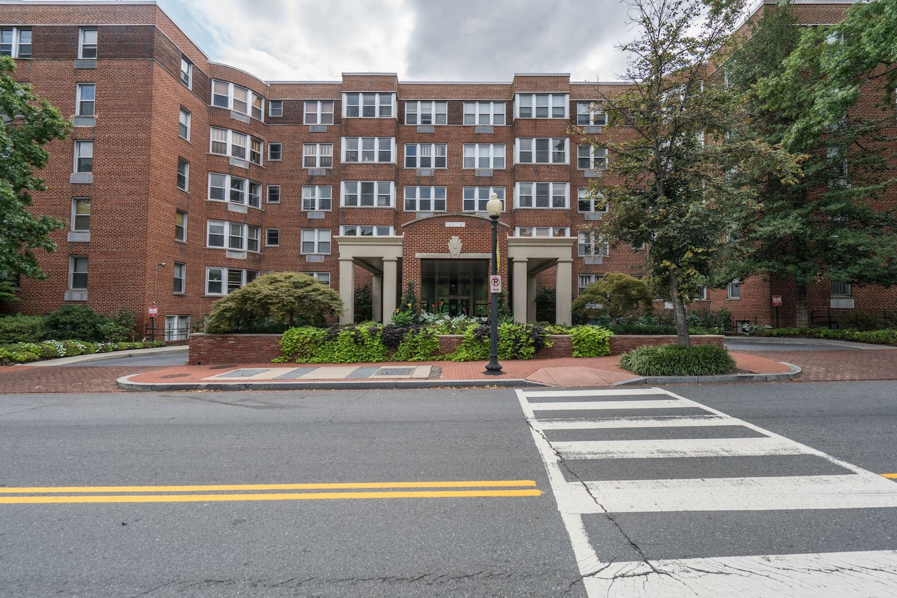 Additional photo for property listing at Spacious Updated 2BD Condo w Garage in Georgetown 2500 Q Street Nw 533 Washington, District Of Columbia 20007 Verenigde Staten