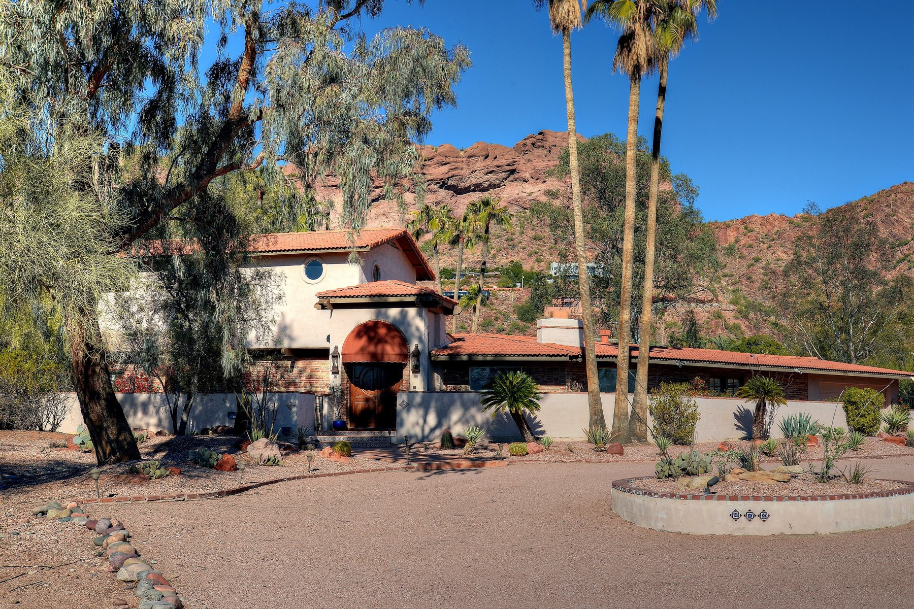 Casa Unifamiliar por un Venta en A truly wonderful home and lot that is all about the views 4950 E Rockridge Rd Phoenix, Arizona 85018 Estados Unidos