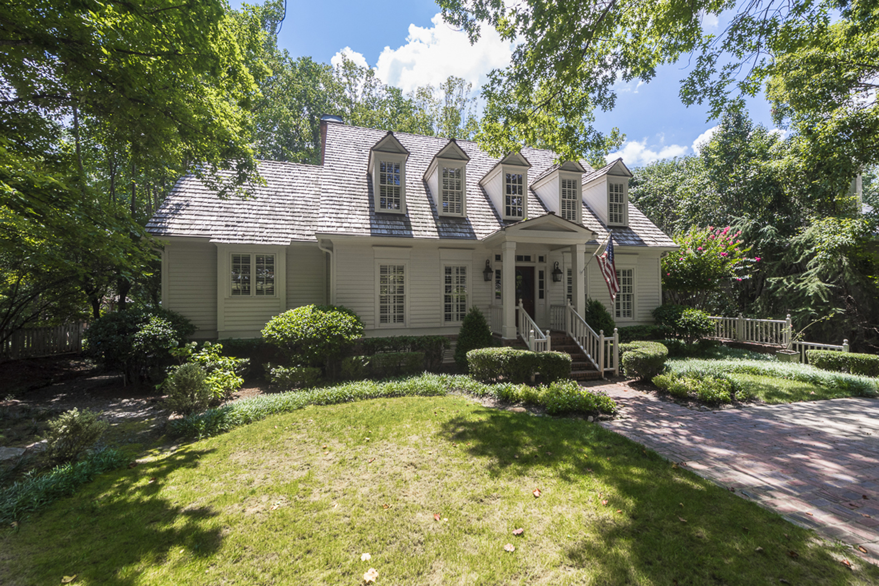 단독 가정 주택 용 매매 에 Beautiful Cape Cod Home In Castlewood 2783 Dover Road NW Atlanta, 조지아 30327 미국