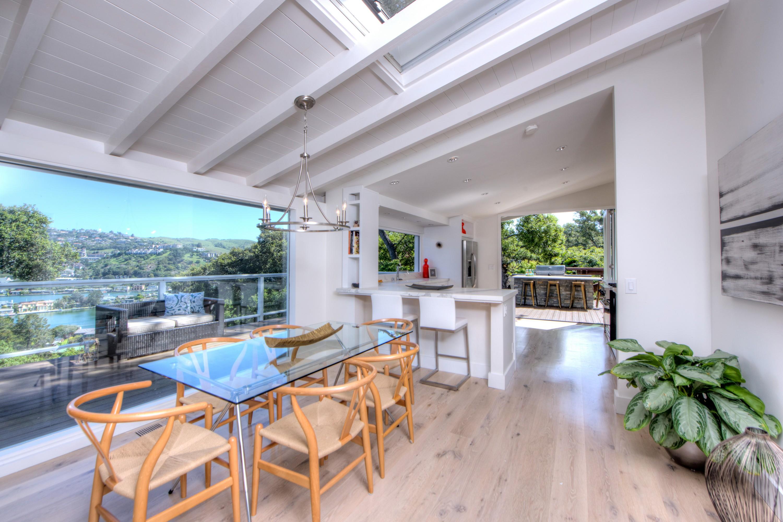 独户住宅 为 销售 在 Gorgeous 4 Bedroom Indoor/Outdoor Home 17 Oak Avenue 贝尔韦代雷, 加利福尼亚州, 94920 美国