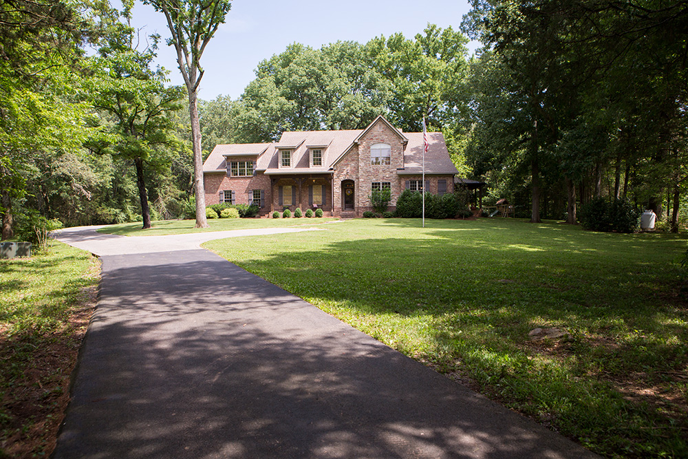 Granjas / Hacienda / Platanción por un Venta en Custom Home Outside of Nashville on 17 Acres 9550 Link Road Christiana, Tennessee 37037 Estados Unidos