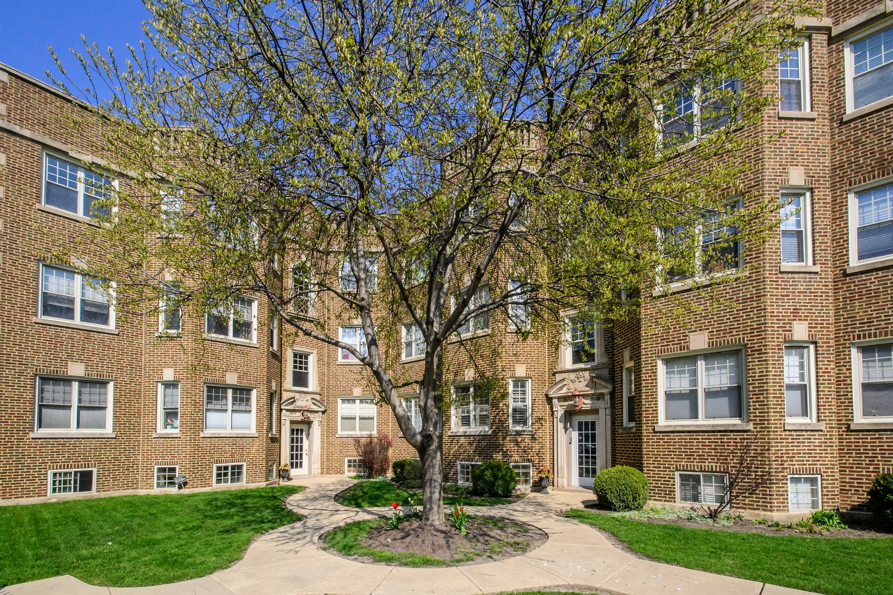 sales property at Hot Horner Park/Irving Park!
