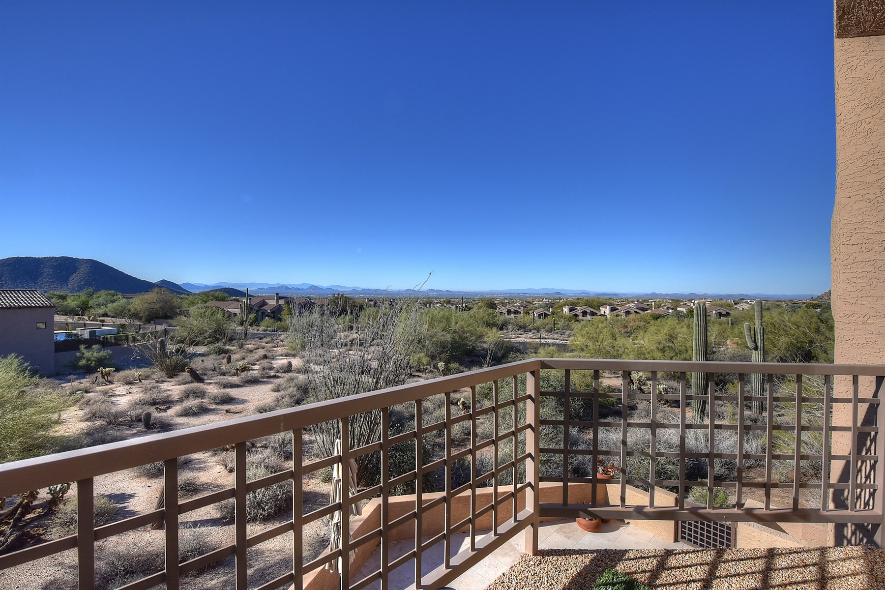 Casa para uma família para Venda às Stunning views at this private townhouse located in Skye Top at Troon Village 25555 N Windy Walk Dr #11 Scottsdale, Arizona, 85255 Estados Unidos