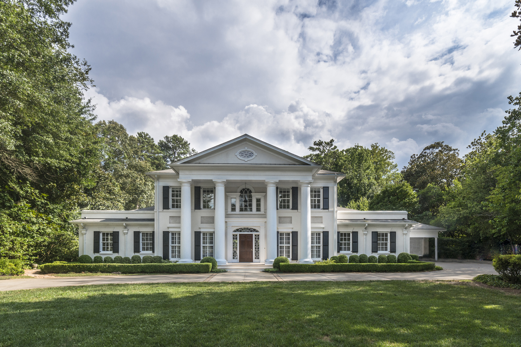 Частный односемейный дом для того Продажа на Elegant Light Filled Bill Baker Renovation In Buckhead 330 Blackland Road NW Tuxedo Park, Atlanta, Джорджия 30342 Соединенные Штаты