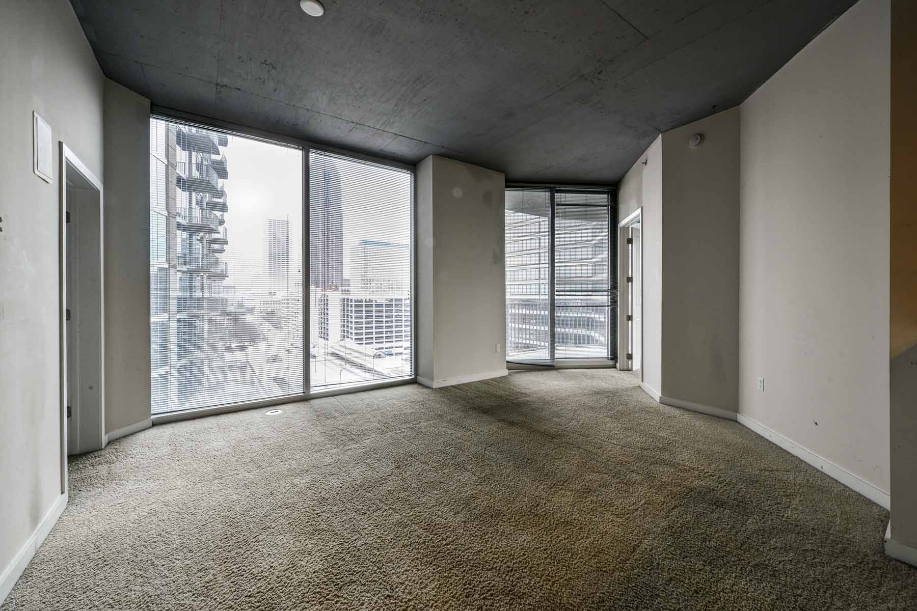 Condominio por un Venta en Well Priced 2/2 in Glass High Rise! 400 W Peachtree Street NW #1113 Atlanta, Georgia 30308 Estados Unidos