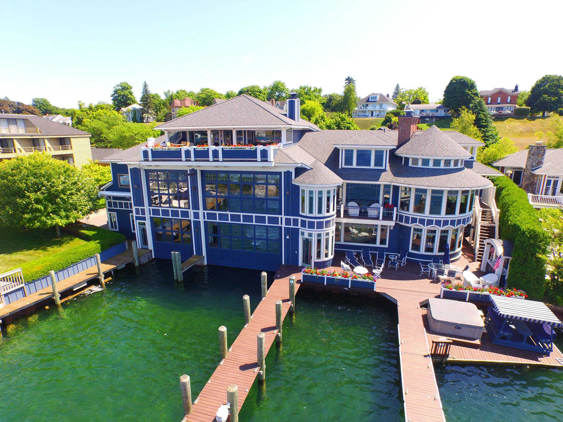 Casa Unifamiliar por un Venta en Round Lake Estate and Boathouse 125 Belvedere Avenue Charlevoix, Michigan, 49720 Estados Unidos