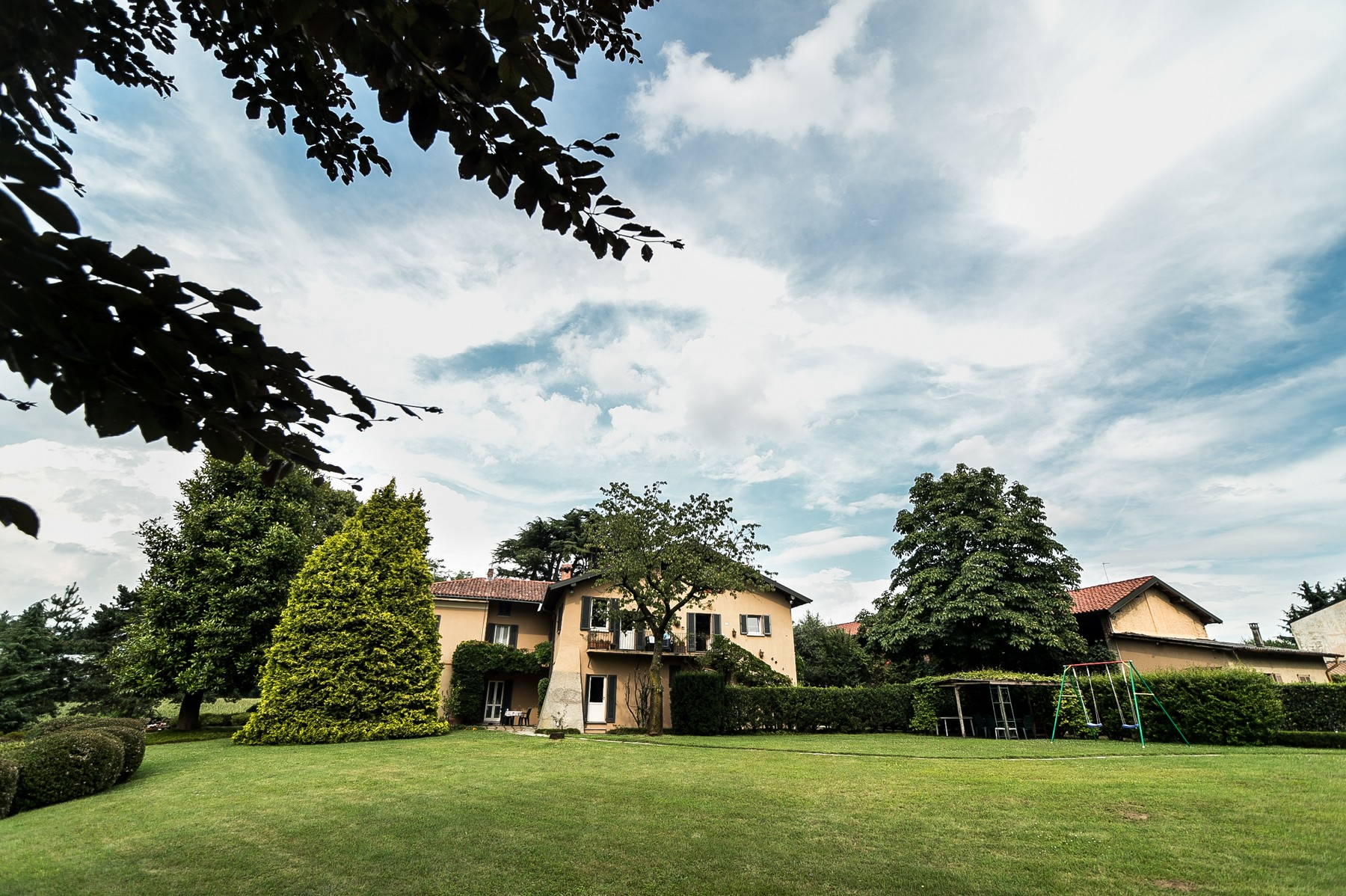 Additional photo for property listing at Elegant farmhouse located among the tranquil hills of Brianza countryside Via Muselle Carimate, Como 22060 Italie