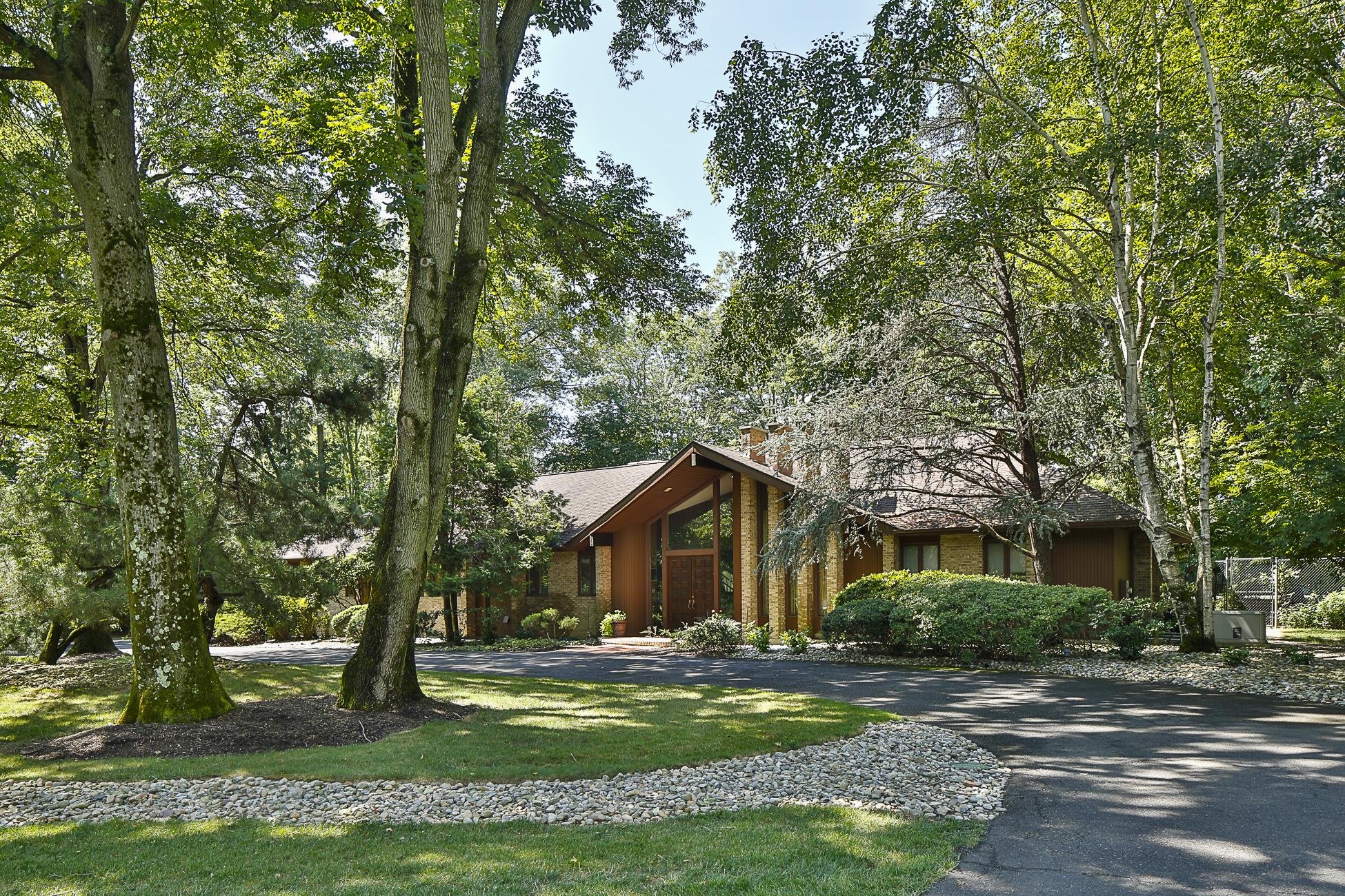 Частный односемейный дом для того Продажа на A Dramatic Presence in a Wonderful Neighborhood 170 Gallup Road Princeton, Нью-Джерси 08540 Соединенные Штаты