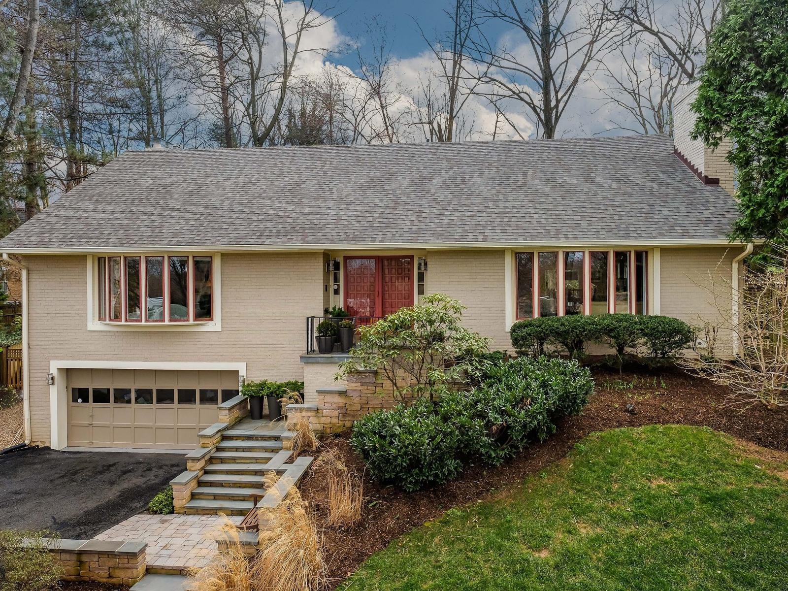 獨棟家庭住宅 為 出售 在 Chain Bridge Woods 1460 Highwood Dr McLean, 弗吉尼亞州, 22101 美國