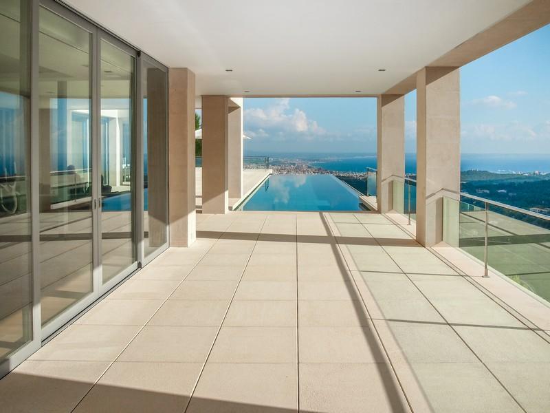 Property Of Moderne Designer-Villa mit Blick Über die Bucht.