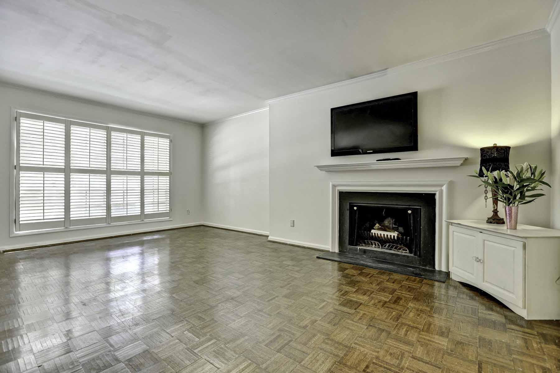 Condominium for Sale at Fantastic Round Hill Townhome 5400 Roswell Road Unit I-4 Atlanta, Georgia, 30342 United States