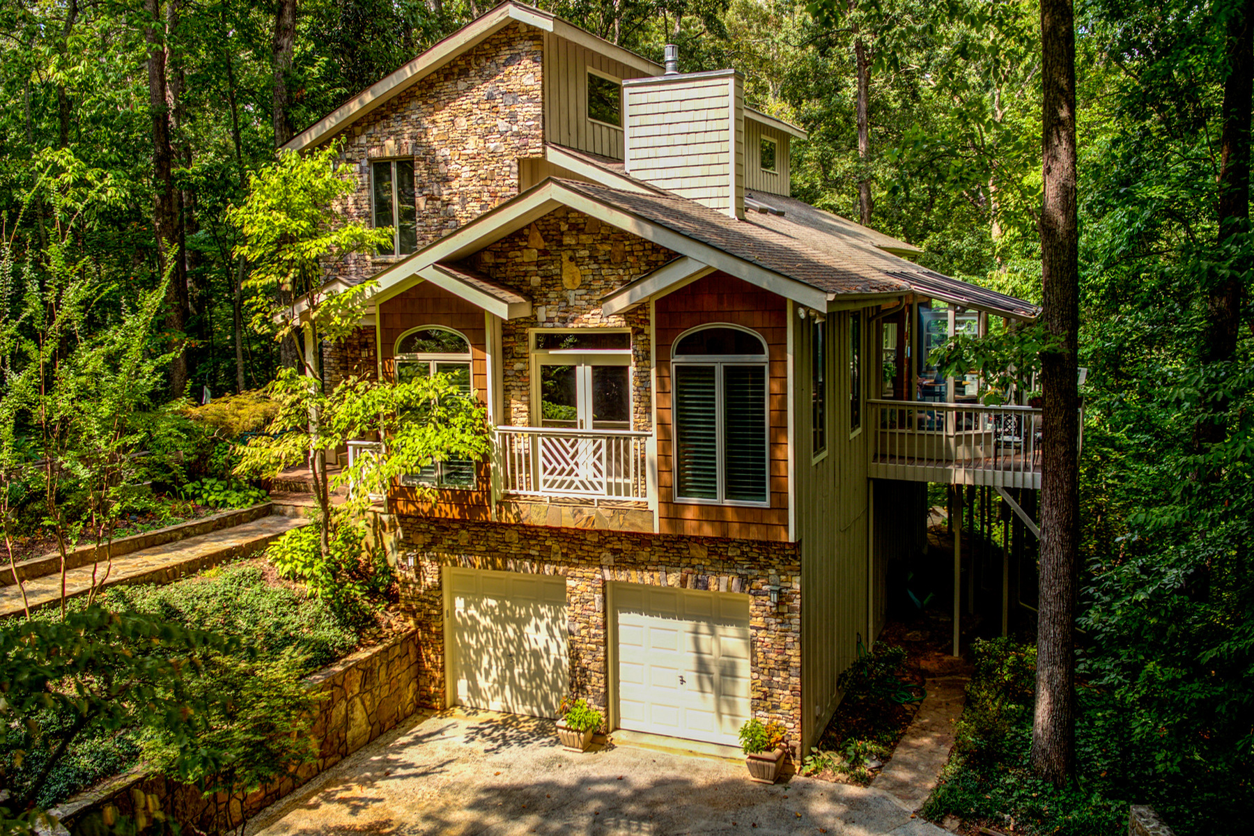Moradia para Venda às A Chalet In Sandy Springs 220 Cameron Glen Court Sandy Springs, Geórgia 30328 Estados Unidos