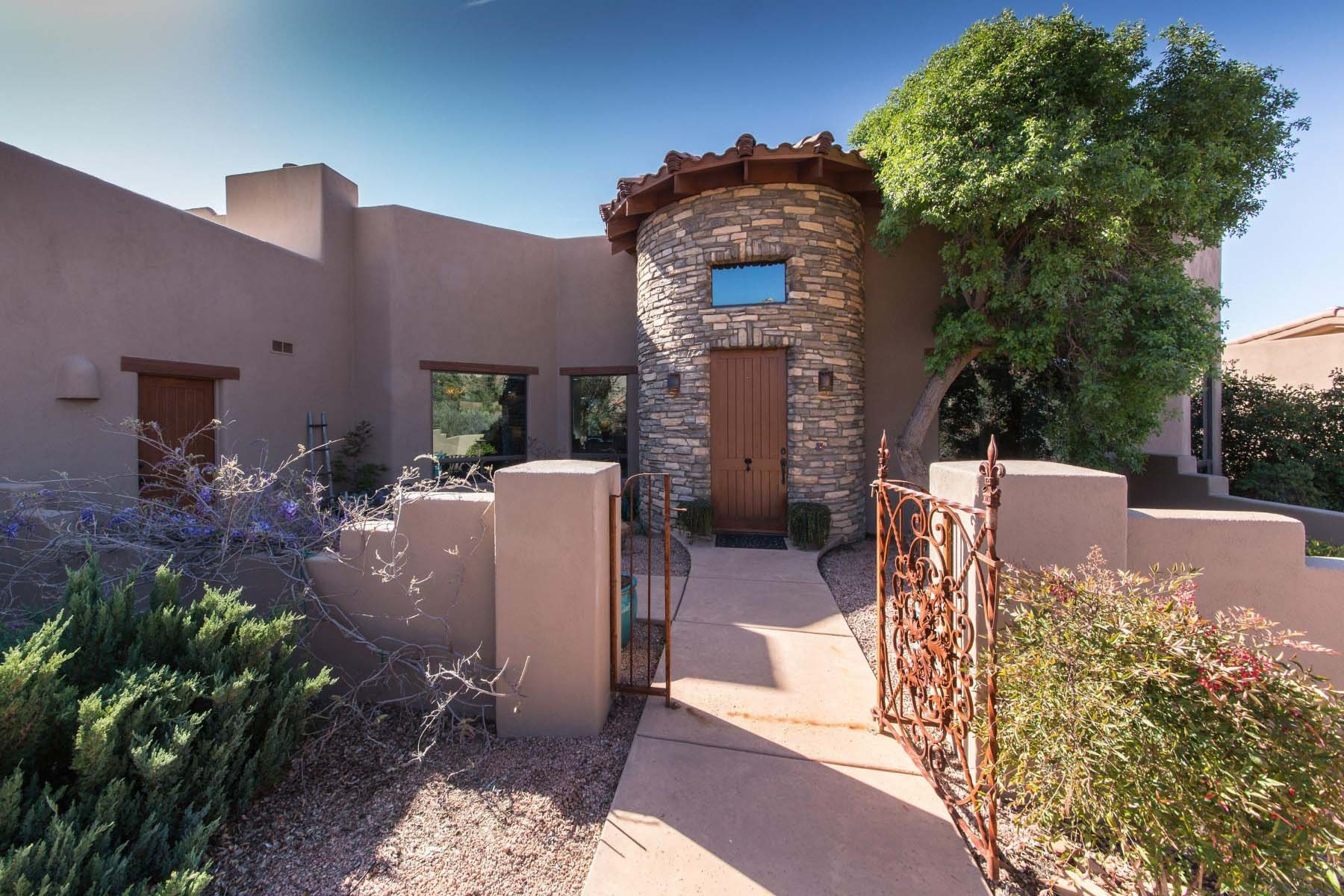Moradia para Venda às Home situated within Firecliff's gated community in the village of Oak Creek. 5 High View DR Sedona, Arizona 86351 Estados Unidos