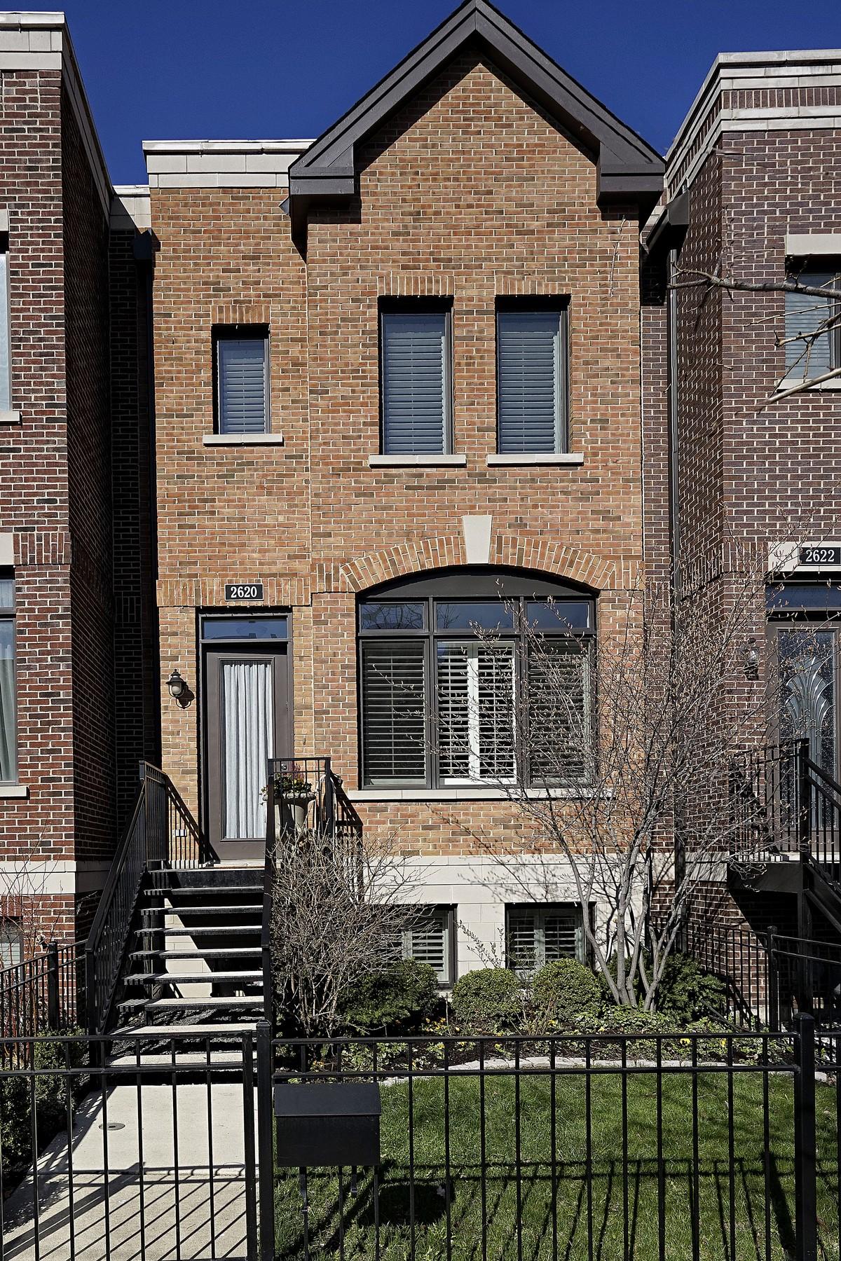 独户住宅 为 销售 在 Stunning Brick Row Home 2620 N Paulina Street Lincoln Park, 芝加哥, 伊利诺斯州, 60614 美国