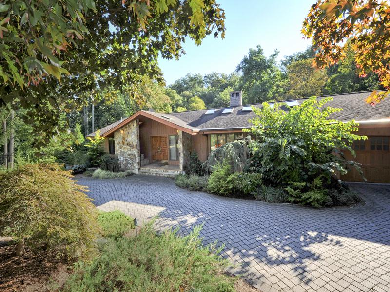 Casa Unifamiliar por un Venta en Country Retreat 25 Mohegan Trail Saddle River, Nueva Jersey, 07458 Estados Unidos