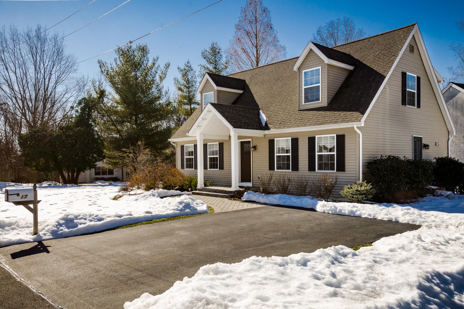 Villa per Vendita alle ore Pristine Cape Sparkles with Charm - South Brunswick Township 17 Lakeview Avenue Princeton, New Jersey 08540 Stati Uniti