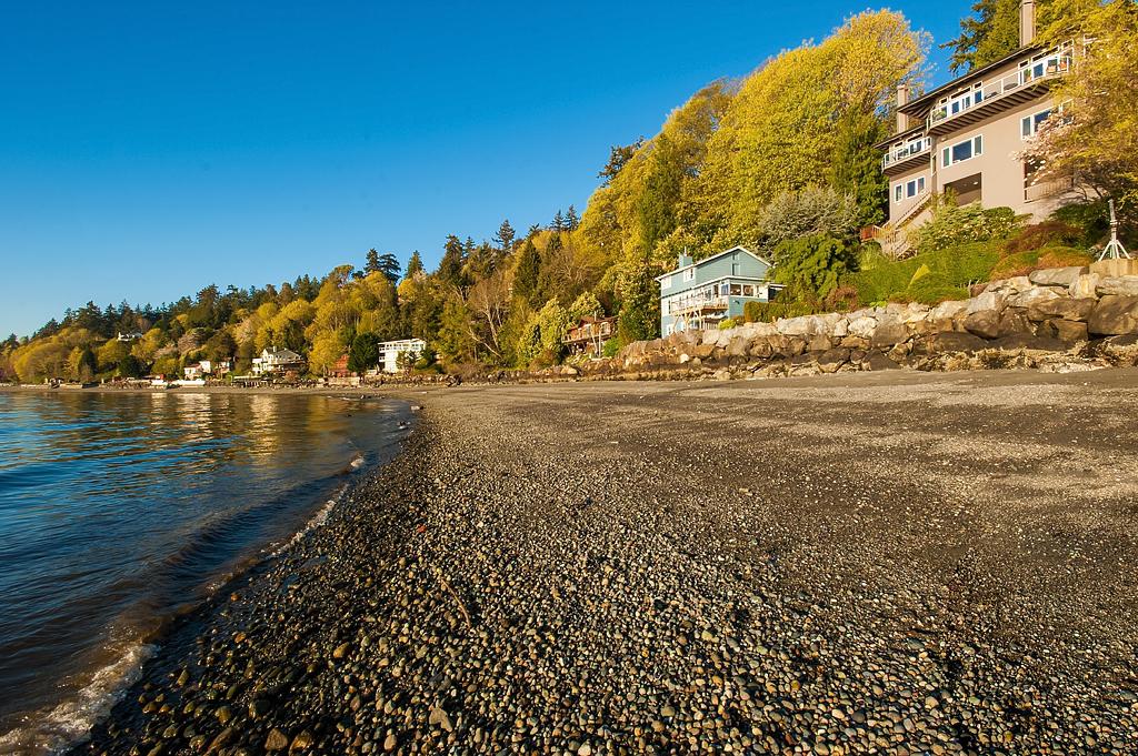 Частный односемейный дом для того Продажа на Waterfront Oasis at Three Tree Point 16031 Maplewild Ave SW Burien, Вашингтон 98166 Соединенные Штаты