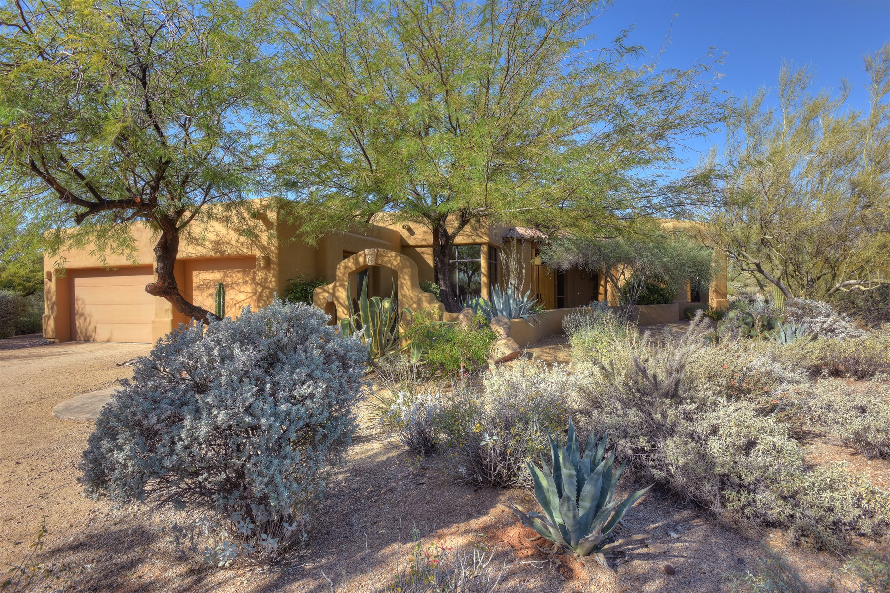 Casa para uma família para Venda às Exquisitely set at the base of Lone Mtn offering uncompromising views 8300 E Dixileta Dr 259 Scottsdale, Arizona 85266 Estados Unidos